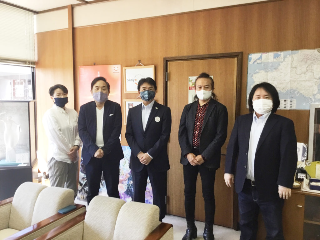 写真左より、来嶋会員、吉井会長、藤田山陽小野田市長、戸谷会員、真部専務理事